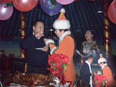 蒙古姑娘献哈达,唱祝酒歌